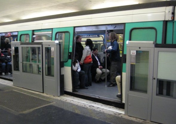 Platform screen doors on Line 13 in Paris